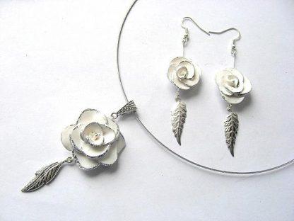 Bijuterii colier si cercei flori albe fimo si foita argintata 6258