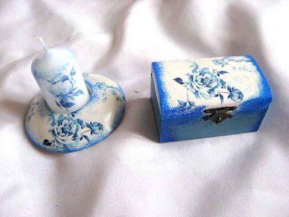 Floare albastra, fond alb si albastru, cutie si suport lumanare 23660