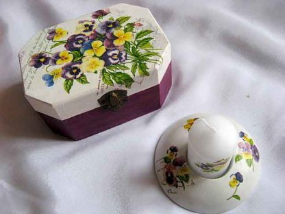 Flori mov, albastru, galben, fond alb si mov, cutie si suport lumanare 23280