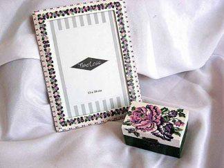 Model floare pe cutie si flori pe marginea ramei foto 24512