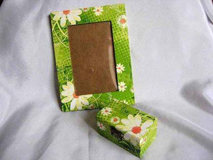 Model flori musetel, fond verde/verde deschis, cutie si rama 25370