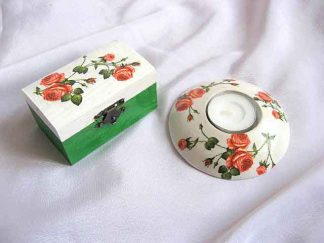 Model trandafiri, fond alb verde cutie si suport lumanare 23482