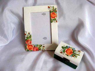 Model trandafiri infloriti si imbobociti, cutie si rama 24566