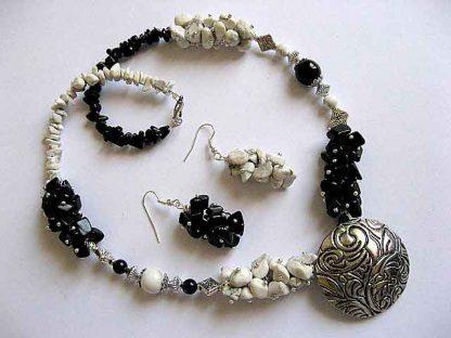 Onix si howlite pietre semipretioase, bijuterii colier si cercei 19027.