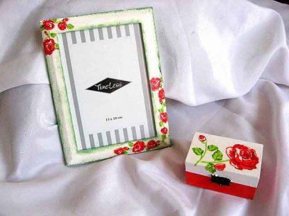 Set cadou model trandafiri rosii, cutie si rama decorata 24511