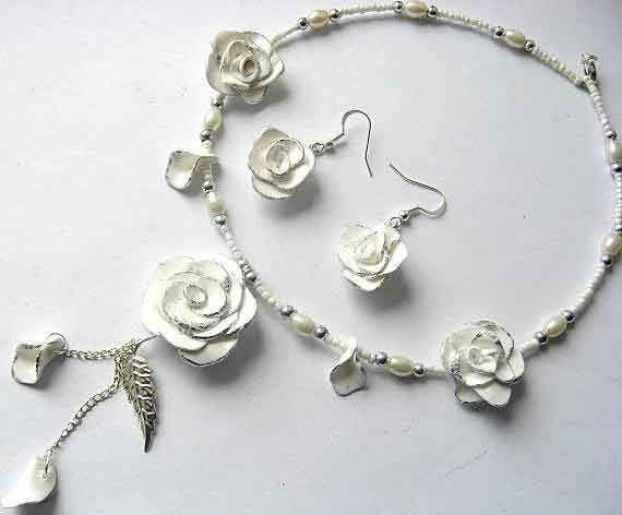 Set deosebit colier si cercei trandafiri albi fimo 6259