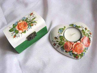 Trandafiri infloriti si imbobociti, set cutie si suport lumanare 24103
