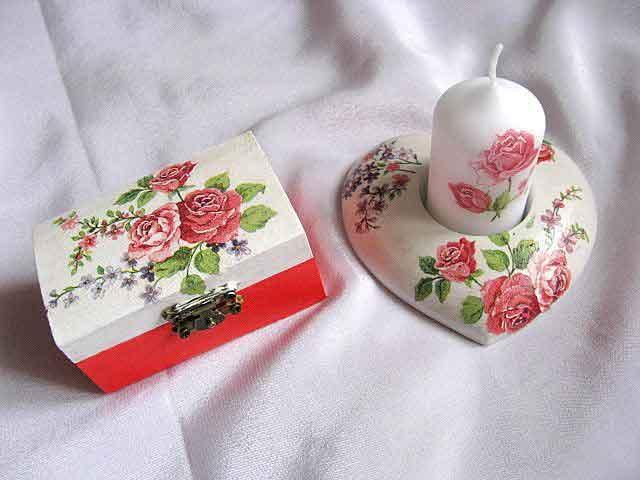 Trandafiri rosii pe fond alb si rosu, cutie si suport lumanare 24105