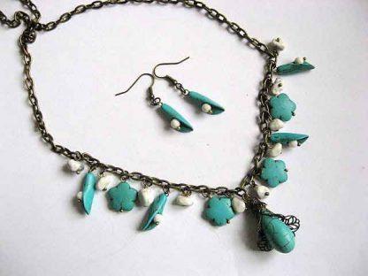 Turcoaz, coral alb si howlite, set bijuterii colier si cercei 25688