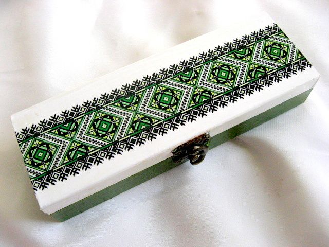 Cutie culoare verde, alb si negru motive traditionale 28225.