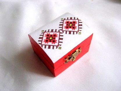 Cutiuta alb rosu din lemn cu motive populare traditionale romanesti 28144