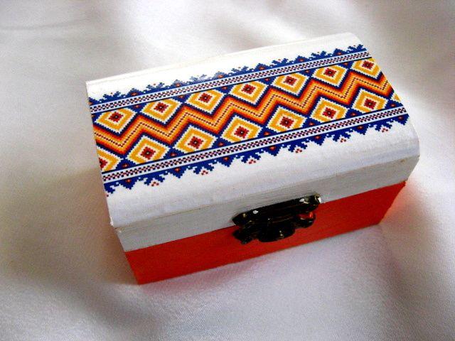 Cutiuta culori tricolor motive traditionale pe fond alb si rosu 28222