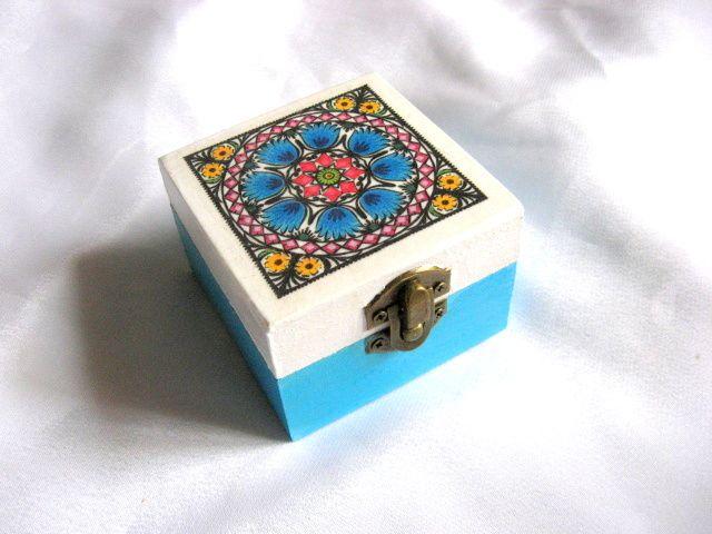 Cutiuta lemn cu motive florale traditionale pe fond alb si bleu 26561
