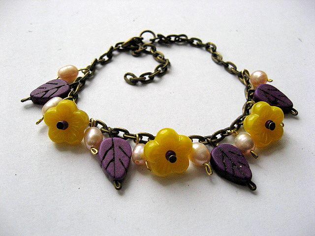 Bratara culori galben, mov si auriu, howlite, perle si sticla Cehia 18791.