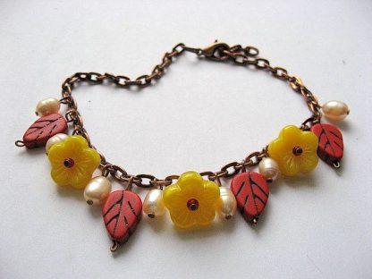 Bratara handmade femei culori alb, rosu si galben, howlite, perle si sticla 18789