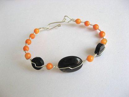 Coral portocaliu si onix negru si sarma argintata, bratara femei handmade 19981