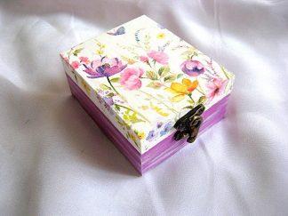 Cutie accesorii si bijuterii femei, model flori culori pastelate si fluturi 20932.