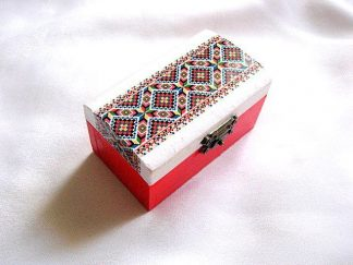 Cutie femei cu motive traditionale, cutie lemn fundal alb si rosu 28553
