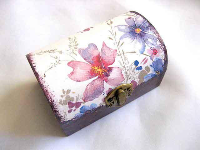 Model flori mov si flori albastre, cutie lemn accesorii si bijuterii femei 27930.