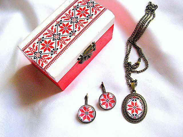 Cercei, pandantiv, cutie accesorii si bijuterii femei cu motive populare 28685