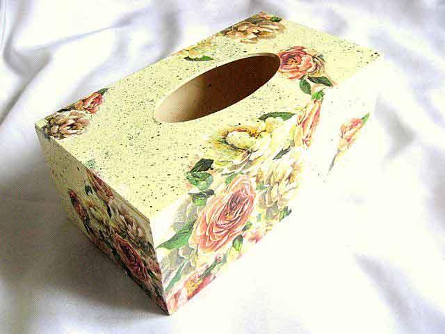 Cutie servetele cu design de trandafiri rosii si albi pe fundal vintage 28680
