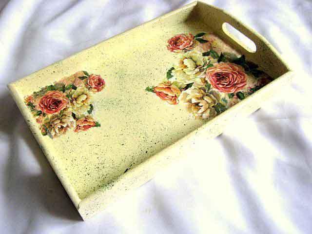 Model trandafiri rosii si trandafiri albi, fundal vintage, tava 28677