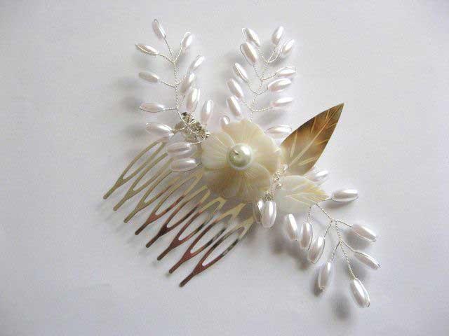 Pieptan mireasa lucrat manual cu perle artificiale, floare si frunze sidef poza a 2a