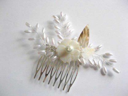 Pieptan mireasa lucrat manual cu perle artificiale, floare si frunze sidef