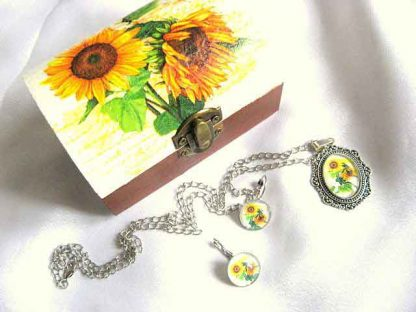 Set cadou femei cutiuta si colier cu pandantiv si cercei cu floarea soarelui 28709