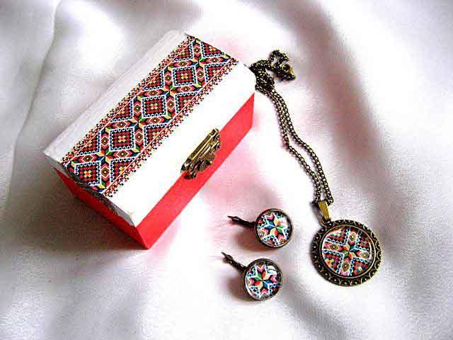 Set cutiuta si bijuterii decorate cu motive traditonale model 28715. Set cadou cutiuta si bijuterii