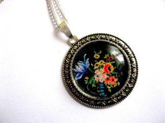 Colier si pandantiv cu flori campenesti pe fundal negru, bijuterie femei 28921