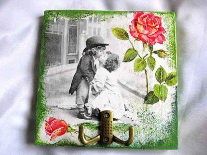 Cuier cu copii care se pupa pe alb negru, cu trandafiri si fundal antichizat 26240