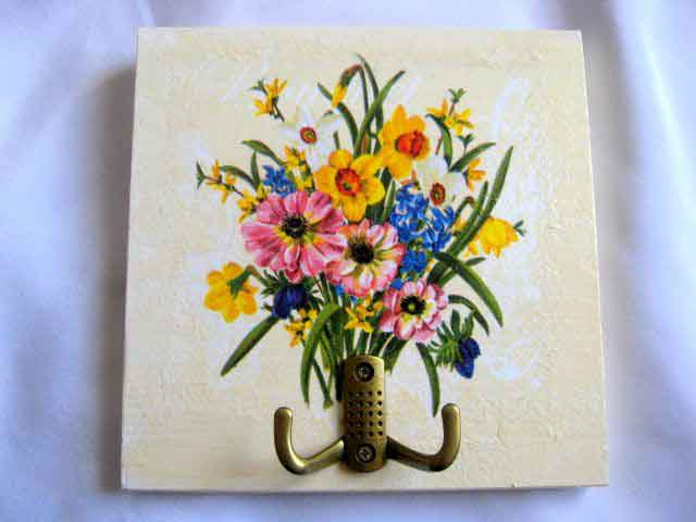 Cuier lemn, cuier haine cu model de buchet de flori pe fundal gri alb 27815