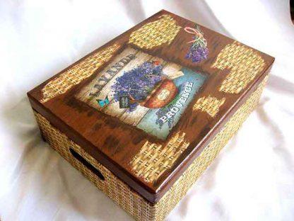 Cutie cu manere din lemn, imitatie impletitura rachita si ghiveci lavanda 28010