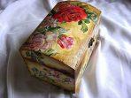 Cutie lemn, design trandafiri rosii si roz pe fundal vintage 25877