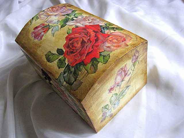 Cutie lemn, design trandafiri rosii si roz pe fundal vintage 25877 poza a 2a