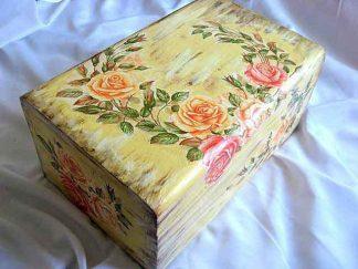 Cufar design trandafiri pe fundal antichizat, cutie lemn masiv