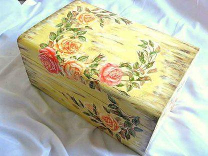 Cufar design trandafiri pe fundal antichizat, cutie lemn masiv poza a 2a