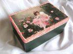 Design fata in gradina printre trandafiri roz, cutie de lemn 24591