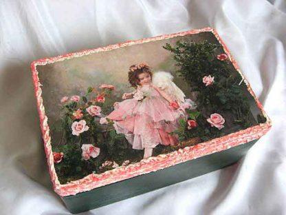 Design fata in gradina printre trandafiri roz, cutie de lemn 24591 poza a 2a