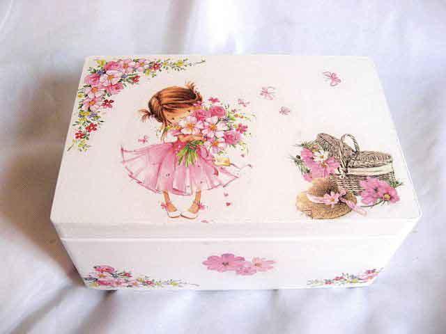 Fetita cu buchet de flori, cos cu flori si palarie, cutie lemn 25057