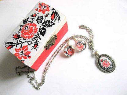 Set cadou motive florale traditionale cutie, lantisor, pandantiv si cercei 28818