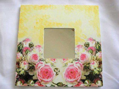 Articol femei, oglinda din lemn, design de trandafiri roz pe fundal galben 17270