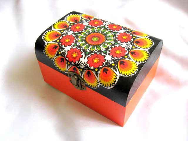 Cutie lemn cu flori stilizate, cutie in culorii vii pe fundal negru 28137