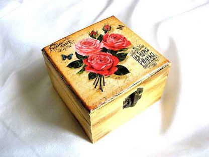 Cutie lemn patrata cu model de trandafiri rosii si un fluture, cutie femei 29051