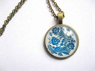 Design flori albastre stilizate, colier cu pandantiv cu motiv floral 28937