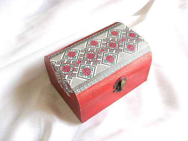 Flori rosii stilizate cu frunze verzi in romburi, cutie motive traditionale 29161
