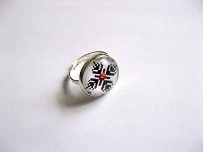Inel rosu si negru pe fundal alb, inel reglabil cu motiv traditional 29071