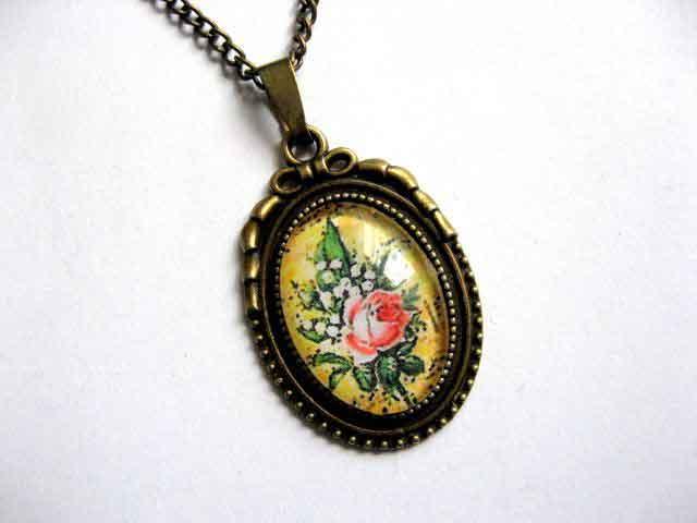 Lacramioare si trandafir rosu pe fundal galben, colier si pandantiv 29060