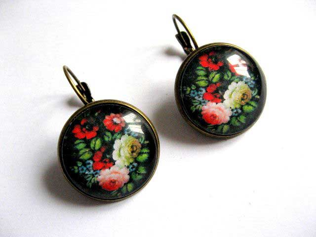 Pereche de cercei cu motiv floral in culori vii pe fundal negru 28941
